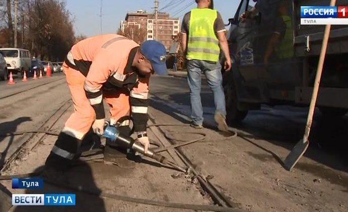 На Руднева в Туле ремонтируют свежее асфальтовое покрытие