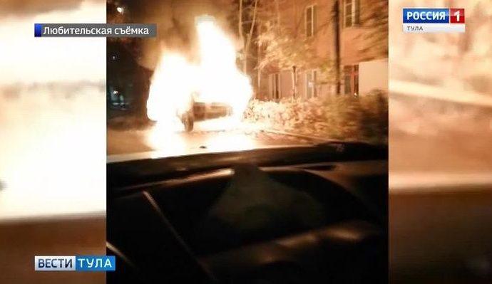 В Туле сгорел автомобиль, «забытый» на обочине