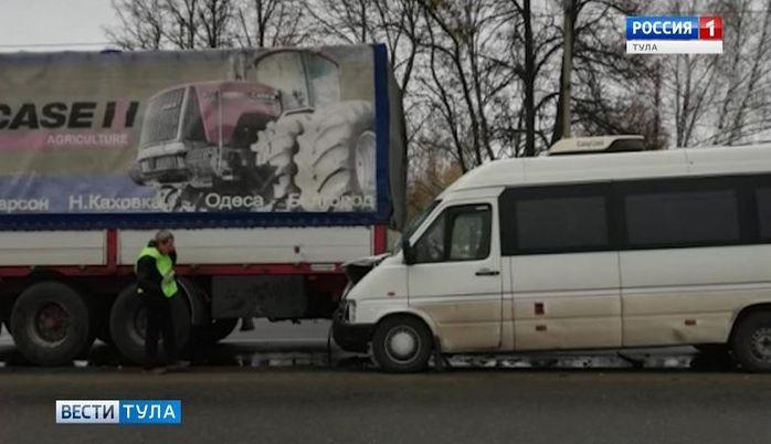 На трассе «Крым» под Тулой микроавтобус «догнал» фуру