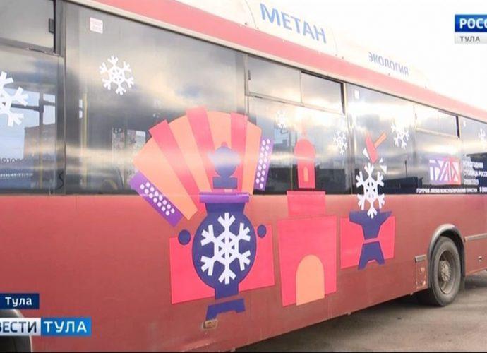 На улицы Тулы выехал новогодний транспорт