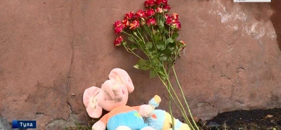 Туляки несут цветы и игрушки к дому, где на пожаре погибли дети