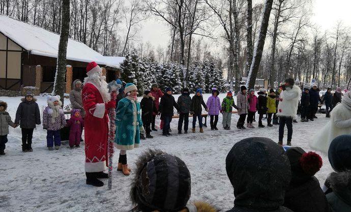 Дед Мороз угостил сладостями юных гостей Комсомольского парка