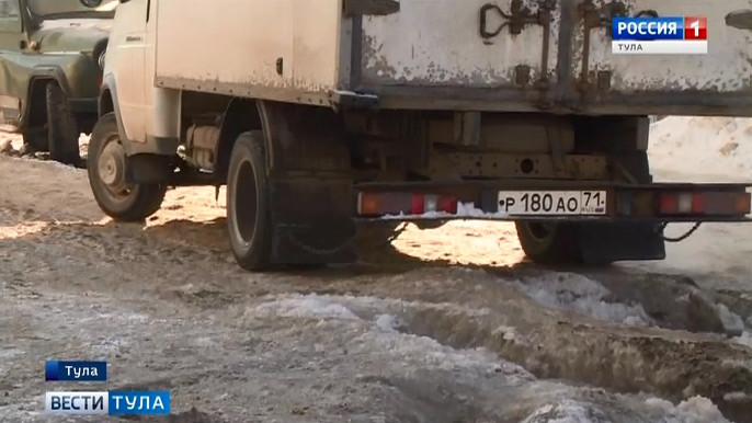 Авария на водопроводе превратила тульский двор в непреодолимое препятствие