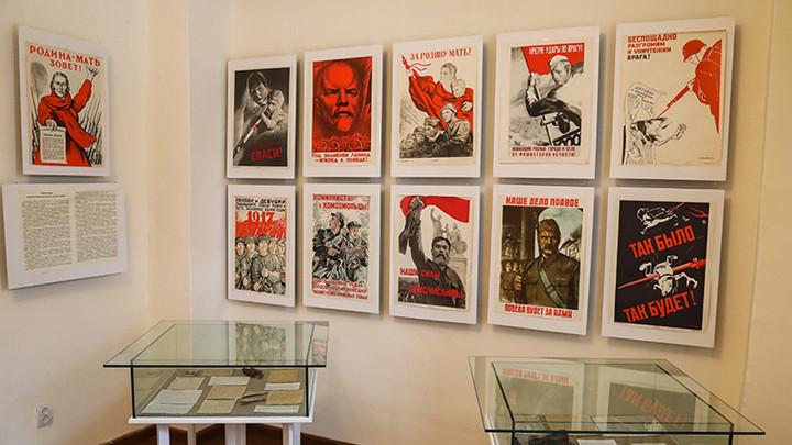В Крапивенском музее открылась выставка советских плакатов