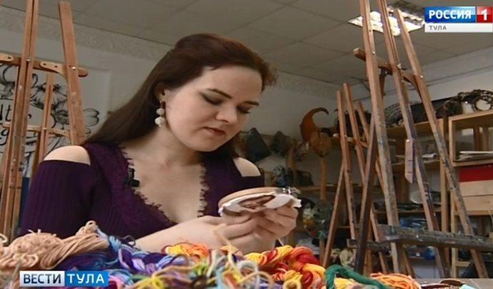 «Мона Лиза» гладью. Тульская мастерица делает необычные броши с портретами знаменитостей