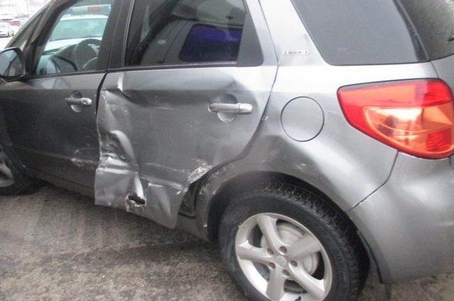 После неудачного разворота автоледи въехала в бетонный забор