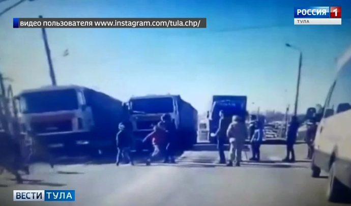 В Плавске МАЗ наехал на группу подростков (видео)