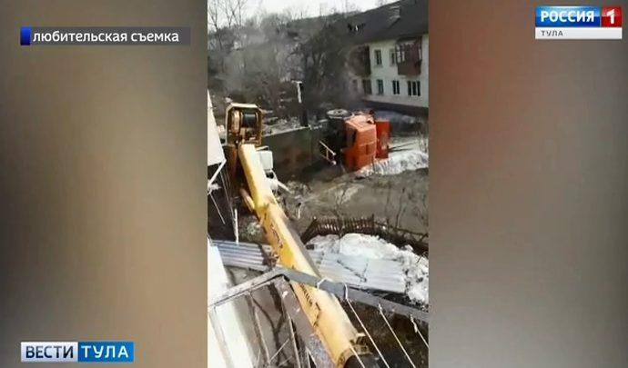 В Туле автокран рухнул в метре от жилого дома (видео)