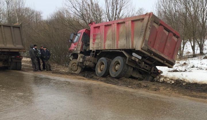Водитель самосвала устроил ДТП на встречной полосе