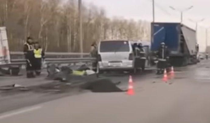 На трассе «Дон» тульский микроавтобус врезался в грузовик