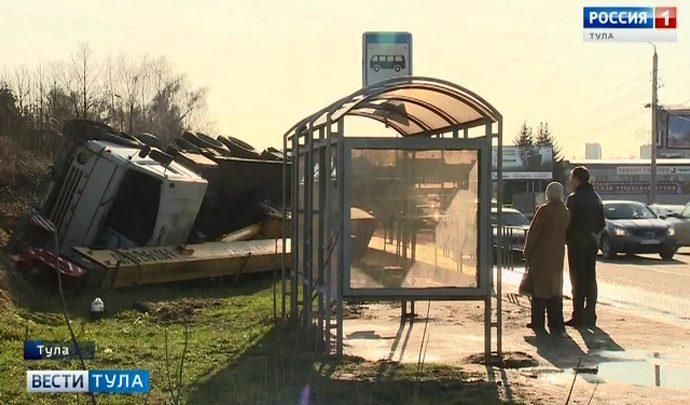 В Туле возле остановки общественного транспорта упал автокран (видео)