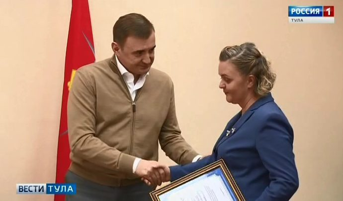 Алексей Дюмин вручил волонтеру из Дубны сертификат  на приобретение книг
