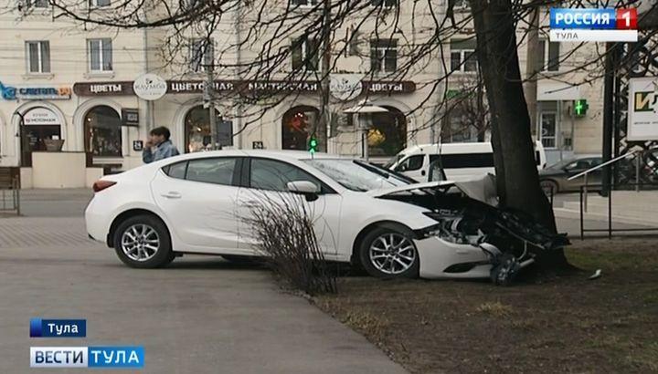 В Туле автомобиль чуть не въехал в Выставочный зал