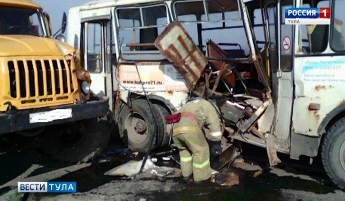 В пассажирский автобус в Суворовском районе врезался грузовик