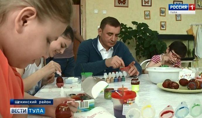 Губернатор расписал яйца вместе с воспитанниками Головеньковского интерната