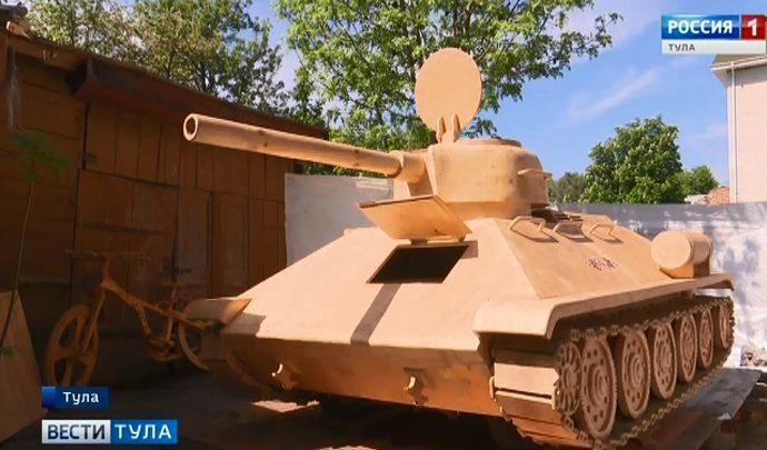 Корреспондент тульских «Вестей» побывала внутри деревянного танка