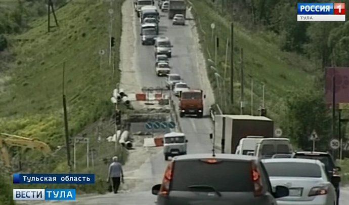 На трассе М-2 ВАЗ-2104 столкнулся с машиной дорожных рабочих