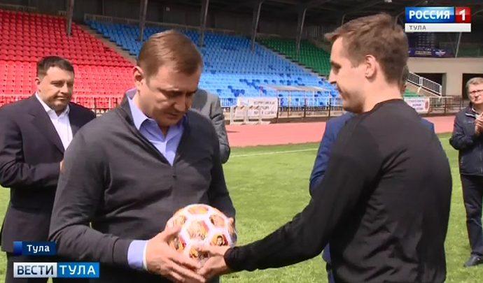 Футболисты  «Арсенала» подарили Алексею Дюмину мяч с автографами