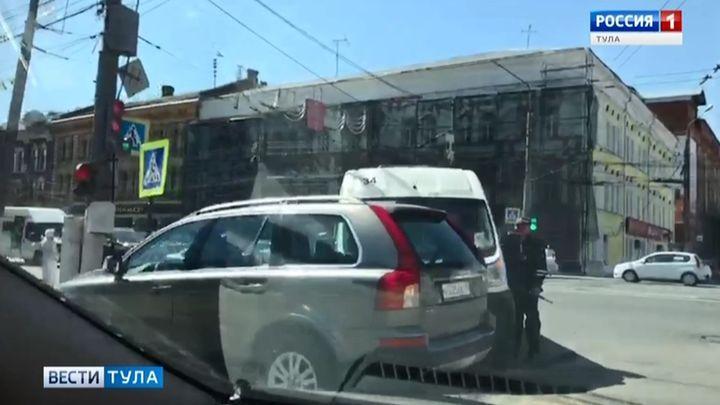 В центре Тулы столкнулись внедорожник и маршрутка