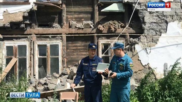 В Товарковском обрушилась часть фасада двухэтажного жилого дома