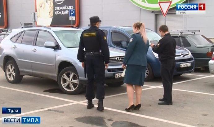 Налоговики и приставы искали должников на парковке торгового центра