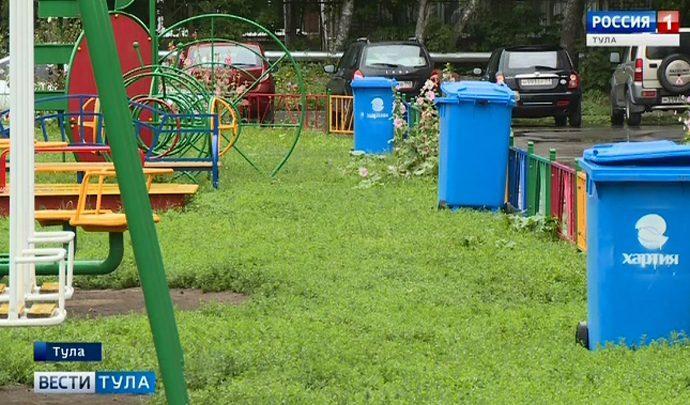 В тульском Мяснове на детский площадке установили мусорные баки