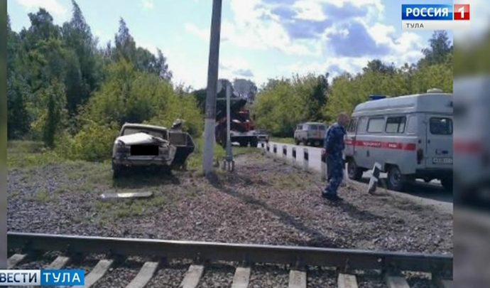 В Тульской области на переезде поезд протаранил легковушку
