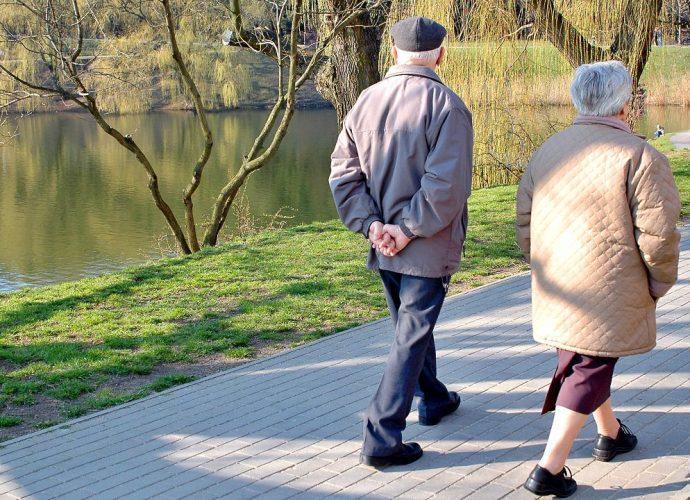 Пенсионеры на пешей прогулке