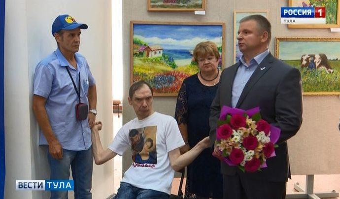 В Туле открылась выставка работ художника, рисующего левой ногой