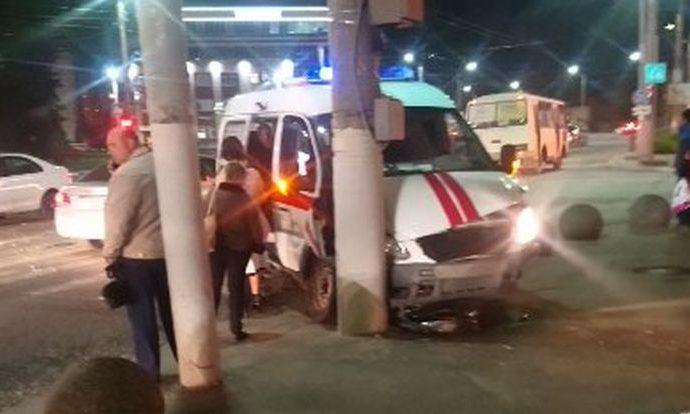 В центре Тулы скорая с пациентом попала в ДТП