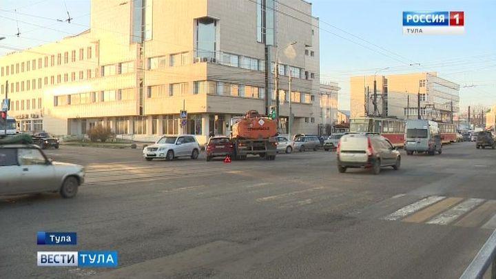 В Туле иномарка и бензовоз не поделили дорогу при повороте с Советской на Староникитскую
