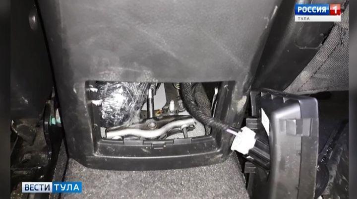 Тульские полицейские обнаружили партию героина в подлокотнике машины