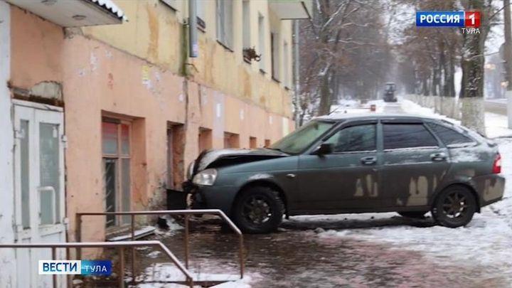 В Туле автомобиль врезался в стену дома