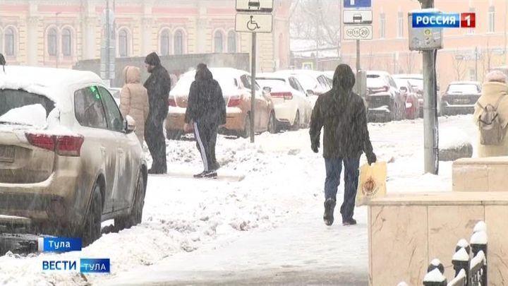 Снегопад заставил тульских коммунальщиков взяться за лопаты