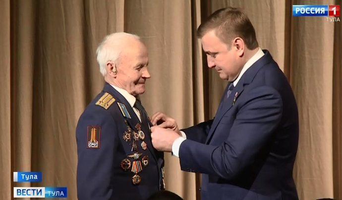 Алексей Дюмин вручил награды ветеранам
