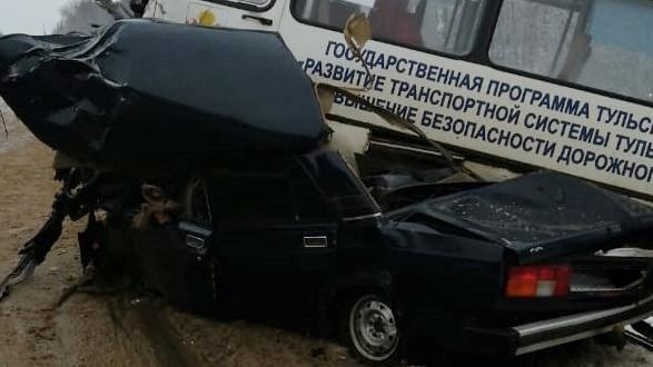 На трассе «Крым» под Тулой «пятёрка» врезалась в пассажирский автобус