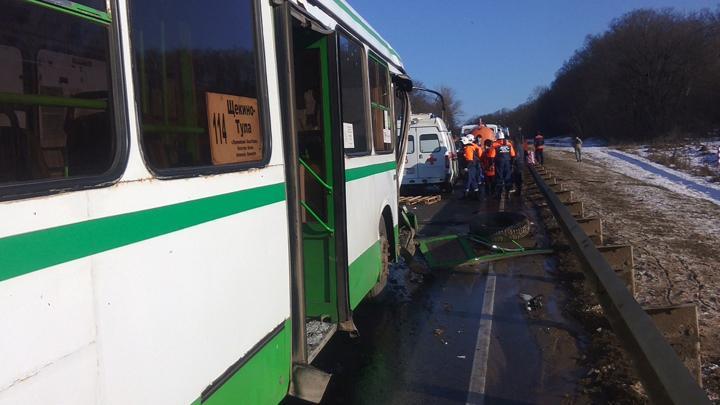 В Щекинском районе грузовик врезался в автобус