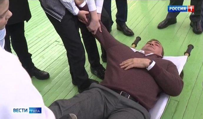 Во время посещения Кимовского района Алексей Дюмин оказался на носилках