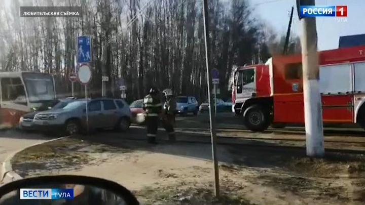 В Туле трамвай и легковушка не поделили дорогу