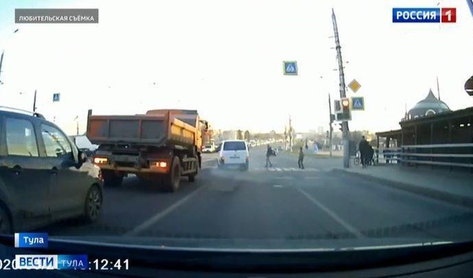 Летевший на красный микроавтобус чуть не сбил пешеходов в Туле