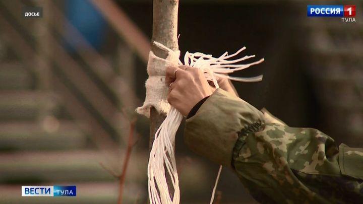 В Новомосковске активисты в масках высадили липовую аллею