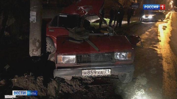 В Новомосковске автомобиль «ВАЗ» врезался в бетонный столб