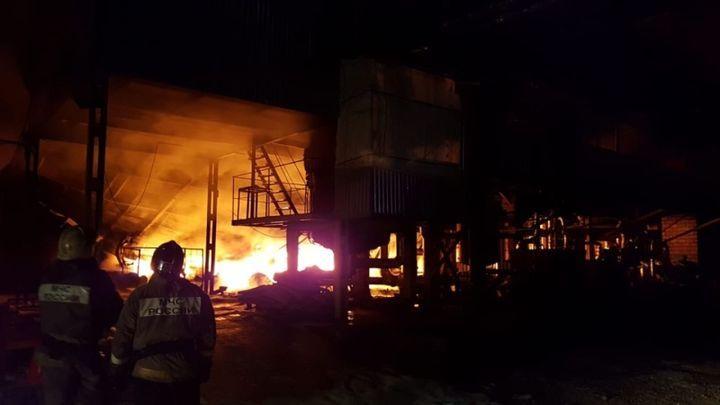 Ночной пожар уничтожил продукцию завода РТИ в Ленинском