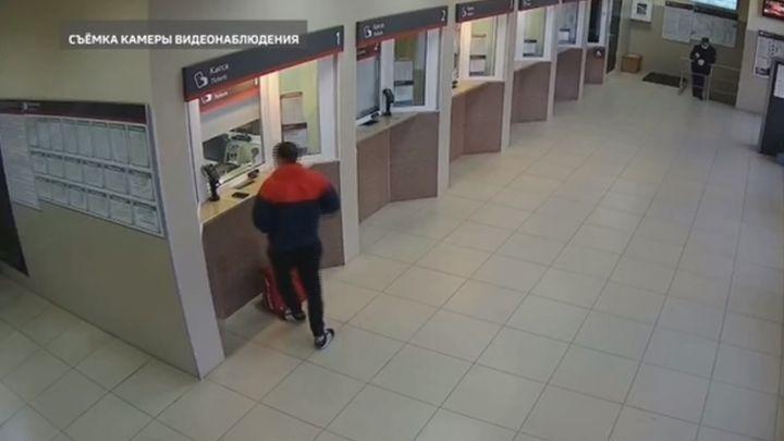 Житель Ельца прикарманил телефон на вокзале в Туле
