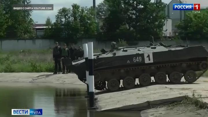 Тульские десантники преодолели водную преграду на машинах