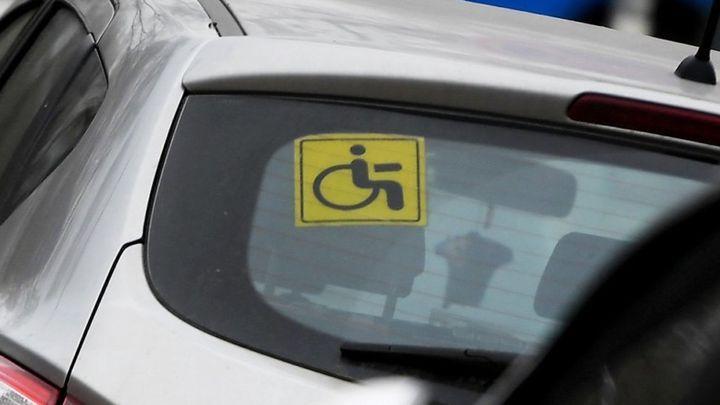 Инвалидам III группы разрешили занимать места для бесплатной парковки