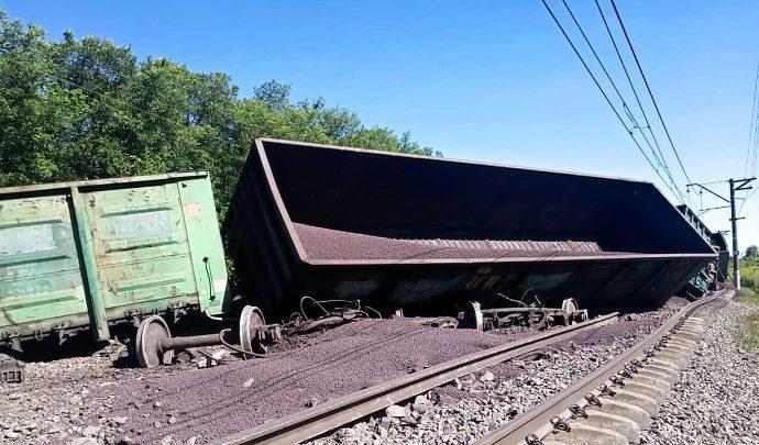 Под Тулой с рельсов сошли 15 вагонов грузового поезда