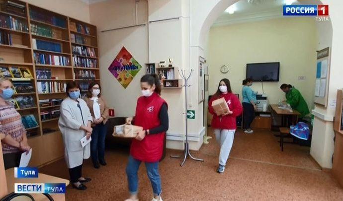 Активисты ОНФ обеспечили туляков новой редакцией Конституции РФ