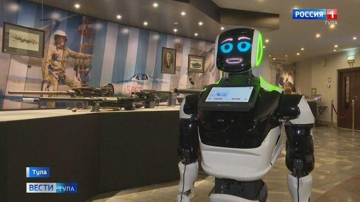 Робот Акинфий стал полноценным экскурсоводом в тульском музее оружия