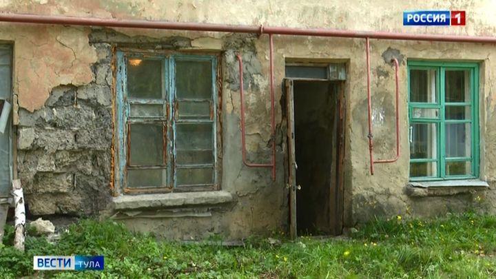 Жители разваливающегося дома в Донском уже боятся спать